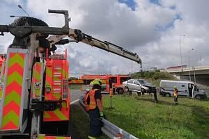 Bezpečnostní dodávka se na přivaděči k D1 střetla s autem. U nehody zasahovali hasiči.