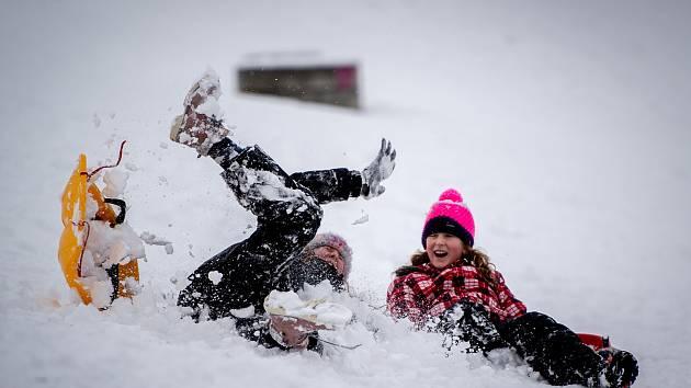Děti v Ostravě si užívají jarní prázdniny například bobováním, 4. února 2019 v Ostravě.