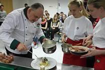 Kateřina Najvarová a Monika Pchálková, které šéfkuchaři pomáhaly připravovat pokrmy.