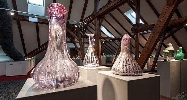 Vostravské MA'MA Club Gallery vPoděbradově ulici prezentuje svou aktuální tvorbu sklářský výtvarník Josef Divín.