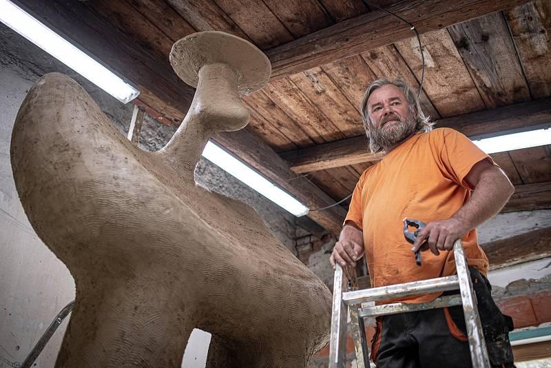 Pavel Cupák ve svém ateliéru ART Duckart pokračuje v práci na soše Valacha, 30. dubna 2021 v Trojanovicích.