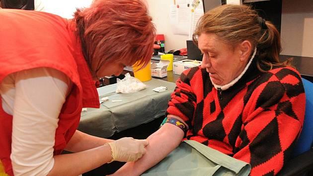 Vrchní sestra městských záchranářů Dagmar Surýnková odebírá krev klientům Armády spásy.