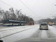 Sněhová nadílka v Ostravě. Silničáři na Svinovských mostech.