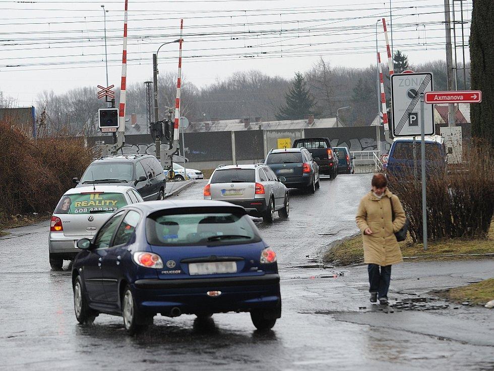 Kolony aut, tvořící se nyní v ulici Bratří Sedláčků, trápí obyvatele této svinovské lokality.