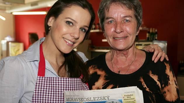 Paní Šárka Trojanová (na snímku vpravo) a její patronka, modelka Radka Kocurová, si sobotní vaření v projektu Česko vítá jaro náležitě užily. A našly si i chvilku na přečtení Deníku…