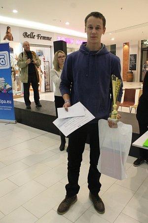 MIROSLAV ŠNAJDÁREK zOder (na snímku vlevo) se stal absolutním vítězem soutěže STIPOU za tajemstvím elektronu.