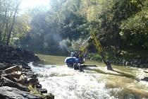 Práce na výstavbě rybochodu na jezu Lhotka a zprůchodnění stupňů na řece Odře podél Polaneckého lesa budou dokončeny zhruba za rok.