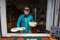 Už se to nese! Rostislav Václavík, majitel hostince u Buroně - Mexiko nestačí rozdávat místní specialitu - tvarůžky v pivu.
