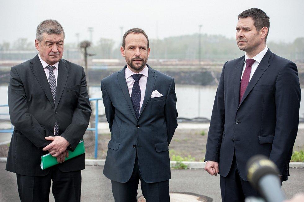 Prohlídky ostravských ropných lagun se zúčastnili zástupci vedení města, kraje i ministr hospodářství. Na snímku (zleva) Jiří Cieńciała, Tomáš Macura a Jiří Havlíček.