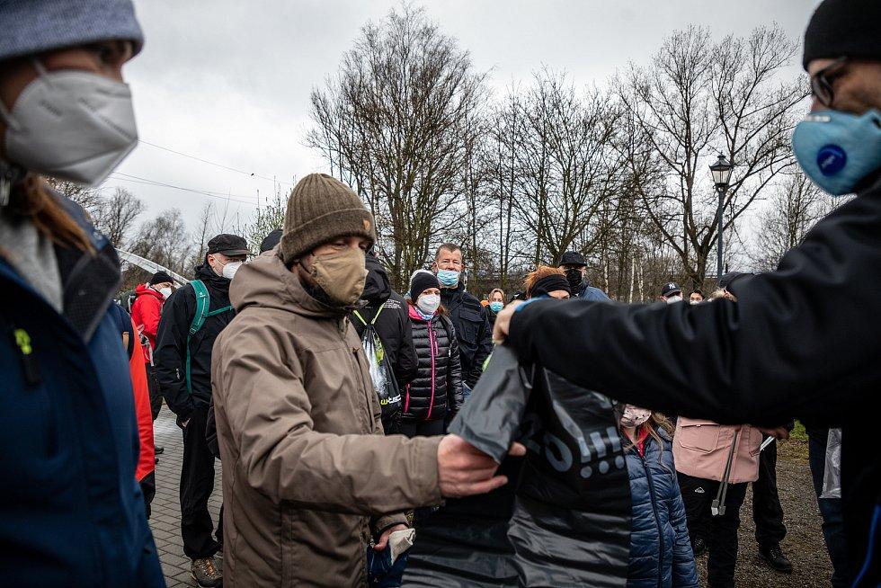 Pojďte s námi uklízet Ostravu. To byla dobrovolnická akce, jejíž cílem bylo uklidit okolí od odpadků a nepořádku kolem Slezskoostravského hradu, 17. dubna 2021 v Ostravě. Primátor Ostravy Tomáš Macura.