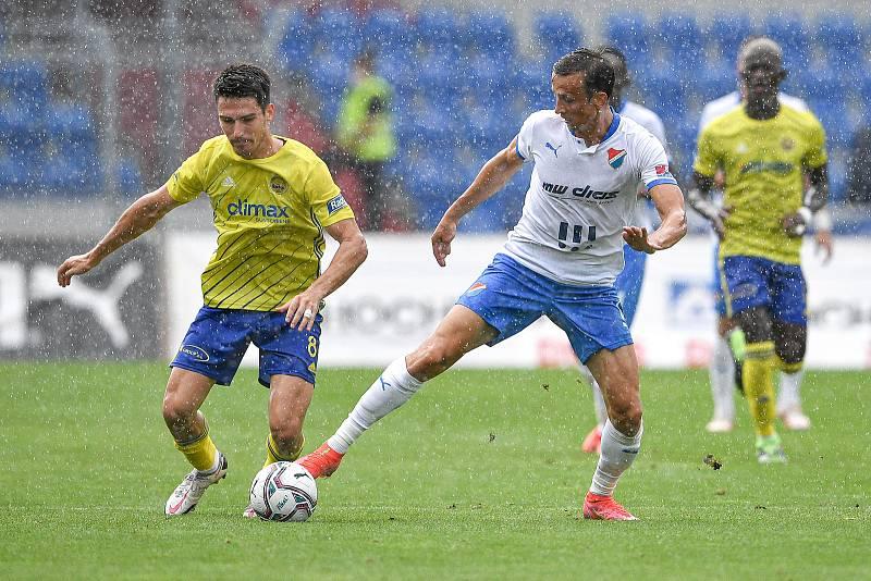 Utkání 2. kola první fotbalové ligy: Baník Ostrava - Fastav Zlín, 1. srpna 2021 v Ostravě. (zleva) Robert Hrubý ze Zlína a Daniel Tetour z Ostravy.