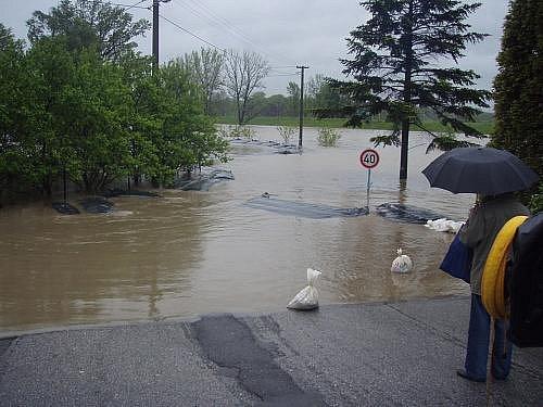Voda v ostravské osadě Žabník, kde se v noci na pondělí uskutečnila evakuace obyvatel, dál pomalu stoupá.