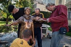 Instalace sochy na počet Věry Špinarové v Husově sadu, 15. října 2018 v Ostravě.
