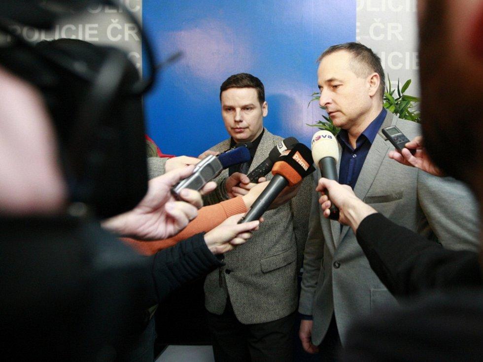 Kriminalisté Pavel Hanusek (vlevo) a Antonín Řezníček informovali o zadržení skupiny obchodující s medikamenty.