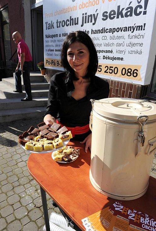 Charitativní obchod tento týden otevřela na ulici 28. října v Mariánských Horách obecně prospěšná společnost Žebřík.