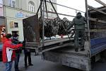 Šestimetrová Klíčová socha Jiřího Davida, která byla několik měsíců vystavena v centru moravskoslezské metropole, se v úterý s Ostravou loučila.
