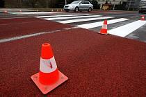 Červeně zvýrazněný a zdrsněný asfaltový povrch