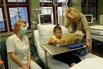 Nové přístroje za zhruba 900 tisíc korun dostalo od nadace Kapka naděje oddělení dětské hematologie a hematoonkologie kliniky dětského lékařství ostravské fakultní nemocnice.