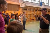 Rybáři trénují na ZŠ Dvorského hody na cíl a přesnost.