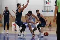 Basketbalisté NH Ostrava (v modrém) prohráli sobotní předehrávku 9. ligového kola v Hradci Králové 74:81 a zůstávají v tabulce poslední.