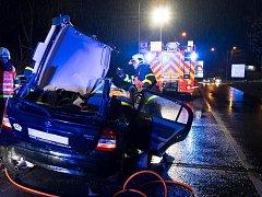 Řidiče museli vyprostit hasiči. Poté jej předali do péče záchranářů.