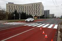 Před sedmnáct přechodů pro chodce na frekventovaných silnicích v Ostravě se letos nanese speciální červený povrch, který zkrátí brzdnou dráhu auta až o třicet procent.