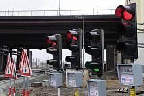 Mezi nejfrekventovanější úseky bude v době rekonstrukce svinovských mostů patřit křižovatka ulic Francouzské a Nad Porubkou. Proto se tam instaluje provizorní světelná signalizace.