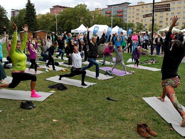 Porubské studio jógy Santosha o víkendu uspořádalo na Hlavní třídě v Ostravě-Porubě veřejné bezplatné cvičení pro veřejnost.