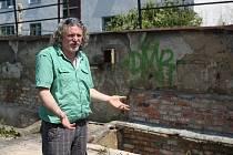 Majitel bývalé kotelny na Horní ulici v Ostravě-Hrabůvce, kde přespávali bezdomovci a shromažďovali tu nepořádek tak, že se místo stalo rájem potkanů, nechal zazdít vstupy.