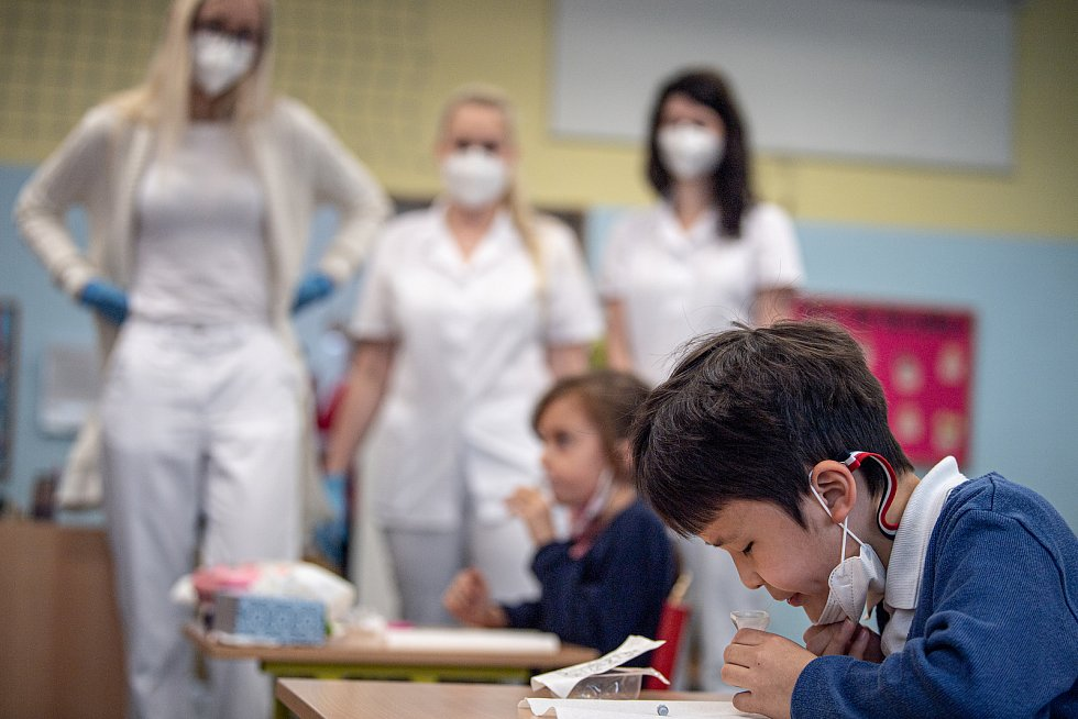 Testování žáku The Ostrava International School pomoci PCR testu ze slin, 23. května 2021 v Ostravě.