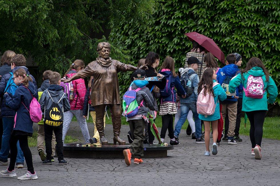 Socha Věry Špinarové v Husově sadu v Ostravě, květen 2019.