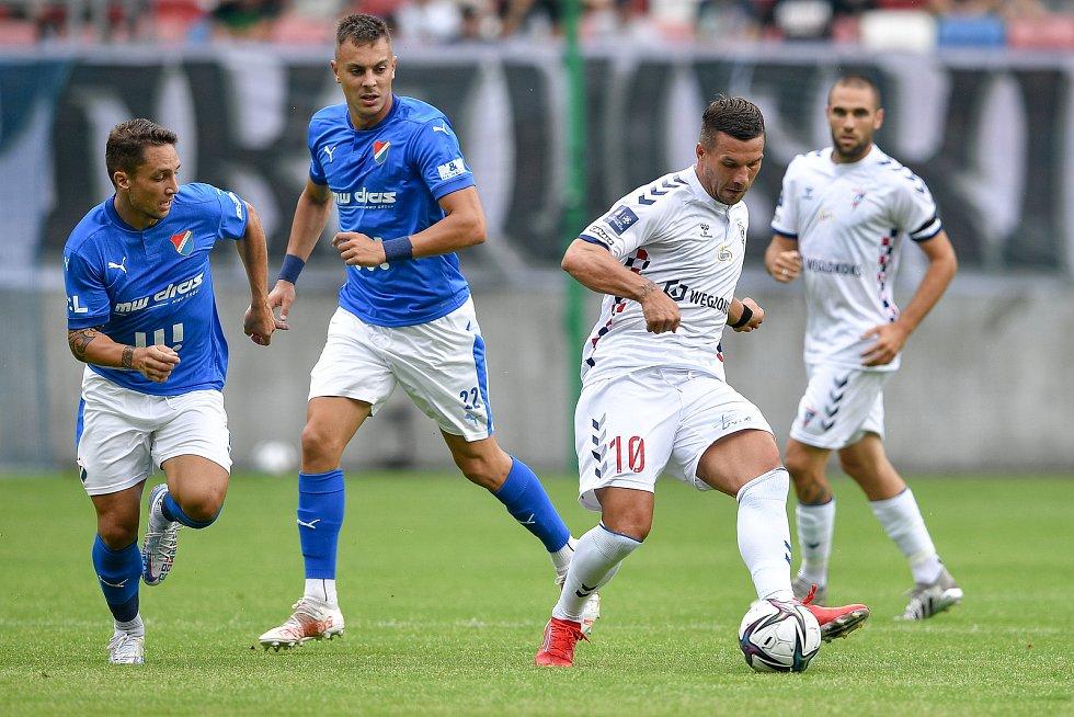 Přátelské utkání Górnik Zabrze - FC Baník Ostrava, 17. července 2021 v Zabrze (PL). (střed) Lukas Podolski z Górniku.