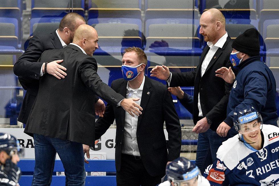 Utkání 27. kola hokejové extraligy: HC Vítkovice Ridera - HC Litvínov, 13. prosince 2020 v Ostravě. (zleva) trenér Miloš Holaň z Vítkovic a asistent trenéra Roman Šimíček z Vítkovic a Radek Philipp.