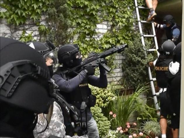 Policejní zásahová jednotka koncem června zadržela skupinu pěti mužů z Bruntálska a Šumperska, která si výrobou a prodejem marihuany mohla vydělat až osm milionů korun.