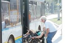 Hodinu a půl čekala tato sedmdesátiletá paní, až ji řidič vezme do autobusu... Co dodat?