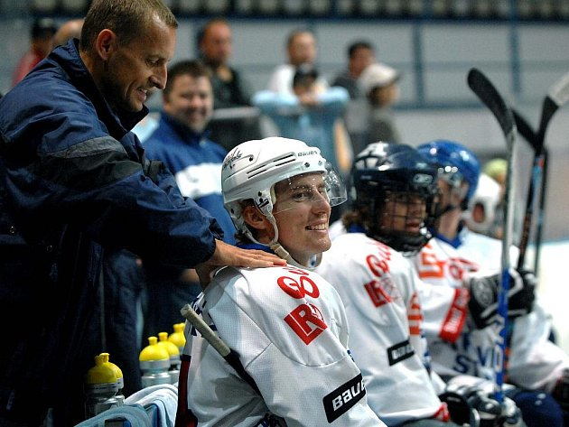Tomáš Fleischmann nastoupil k přátelskému utkání i s bolavými zády, která mu během utkání masíroval kondiční kouč hráčů z NHL Igor Horyl.
