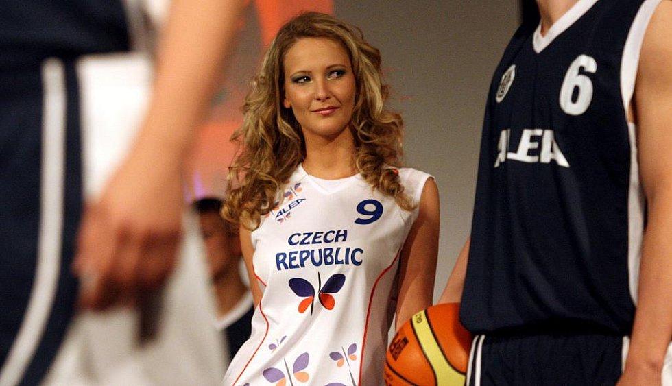 Módní přehlídky, jejímž vrcholem bylo představení návrhů nových dresů ženské basketbalové reprezentace, se zhostily studentky 3. VOŠ oděvního návrhářství v Ostravě.