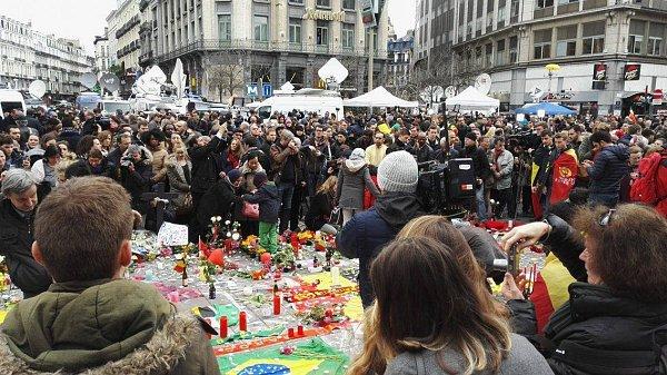 Den po tragické události lidé uctili minutou ticha památku obětí úterních událostí na náměstí Place de la Bourse. Mezi přítomnými byli imuslimové.