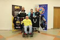 Originální hokejový dres předal za hokejové Vítkovice prezident klubu Petr Handl (zcela vpravo).