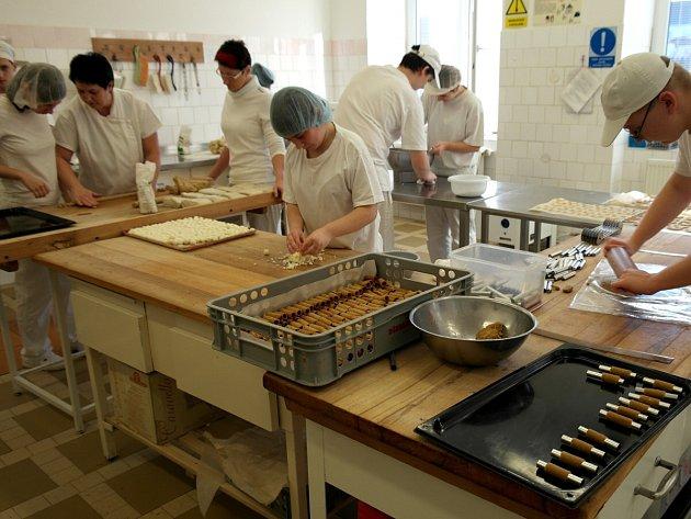 UČŇOVSKÝ FRMOL. Adventní čas znamená pro žáky a žákyně mnoho práce při přípravě spousty druhů cukroví.
