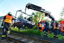 Auto jelo sto metrů po tramvajovém kolejišti
