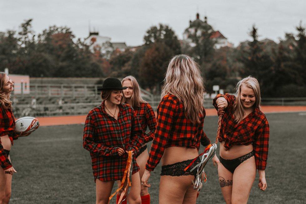 Tvrdý sport a krásné ženy, které ho hrají. Kalendáře s ženským týmem Rugby Severní Morava mají již svou tradici. Toto jsou snímky z kalendáře pro rok 2021.