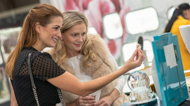 Historicky nejoblíbenější česká miss Monika Žídková se zúčastnila otevření klenotnictví Halada v Avion shopping parku v Ostravě.