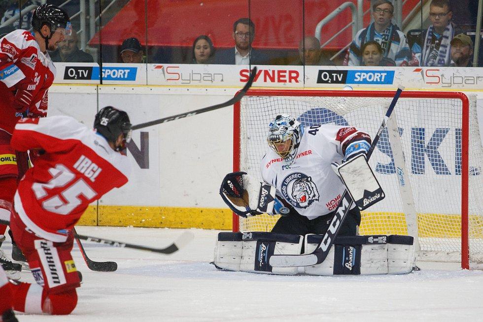 Utkání 8. kola hokejové extraligy mezi HC Bílí Tygři Liberec a HC Olomouc. Na snímku brankář Marek Schwarz a střílející Zbyněk Irgl