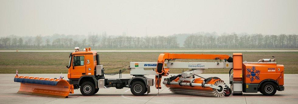 Moderní technika. Letiště Leoše Janáčka v Ostravě má nové specializované stroje za téměř 339 milionů korun.