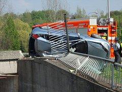 V neděli 5. května kolem 14 hodiny havarovalo osobní auto poblíž tunelu určeného pro provoz tramvají, auto skončilo napíchlé v zábradlí.