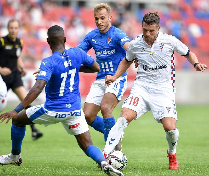 Přátelské utkání Górnik Zabrze - FC Baník Ostrava, 17. července 2021 v Zabrze (PL). Nemanja Kuzmanovič z Ostravy a Lukas Podolski z Górniku.