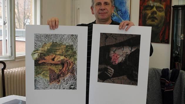 Jaroslav Prokop ukazuje díla připravená do dražby.