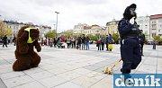 Představení finského souboru Kuuma Ankapoikanen/Dirty Duckling s názvem Bezpečnostní dohled na Masarykově náměstí v Ostravě.