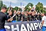 OSLAVY. Mladí fotbalisté Baník slaví velký triumf. Ambasadorem mezinárodního turnaje Zlatý kahan byl Radek Slončík (vpravo).